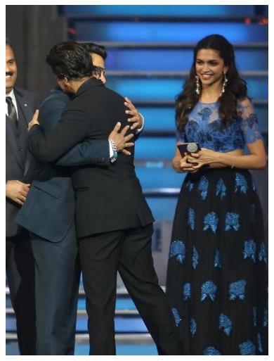 Salman Khan Hugs Shahrukh At Star Guild Awards 2014