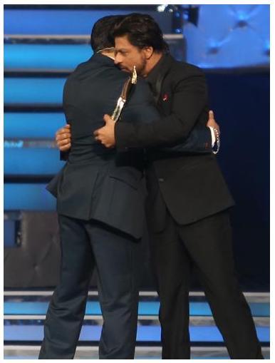 Shahrukh Khan Hugs Salman At Star Guild Awards