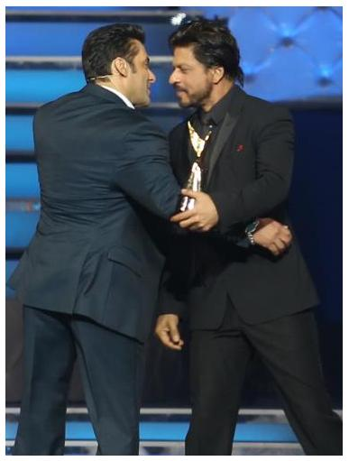 Shahrukh Khan Hugs Salman On Stage At Star Guild Awards 2014